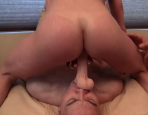 Flexible female muscle porn star Kendra Lust smothers Dickhead with her legs